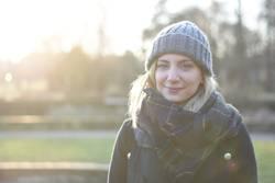 Frau, Sonnenlicht, lächeln, Mütze, kalt