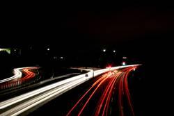 Langzeitbelichteter Autobahnzubringer