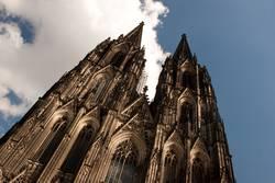 Kölner Dom in Schräglage