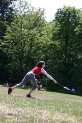 Mädchen spielt Badminton