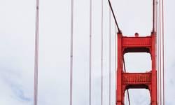 Turmdetail der berühmten Golden Gate Bridge in San Francisco