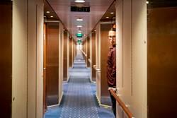 Mann spioniert im Hotelflur