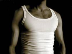 Männerbrust im Unterhemd