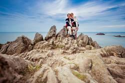 Paar auf Fels an der Küste