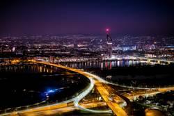 Wiener Skyline bei Nacht vm Donauturm