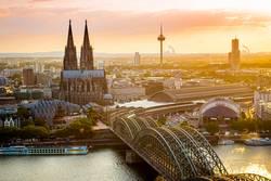 Hohenzollernbrücke und Dom in Köln im Sonnenuntergang