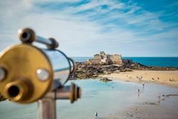 Fernrohr mit Blick auf eine Festung im Meer