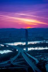 Wiener Skyline und Donau vom Donauturm im Sonnenuntergang