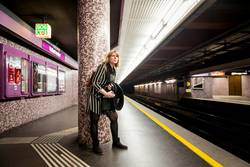 junge Frau schaut erwartungsvoll nach U-Bahn
