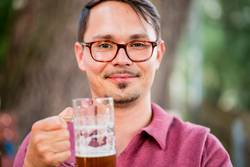 Portrait von einem jungen Mann mit Bierglas in der Hand