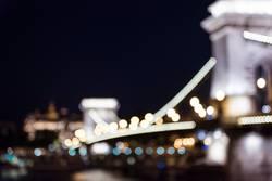 Budapest Kettelbrücke bei Nacht beleuchtet unscharf