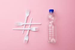 Hashtag Plastikmüll mit Plastikflasche