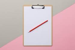 Blanko Klemmbrett mit Bleistift diagonal auf Rosa Grau