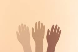 Hände verschiedener Hautfarben