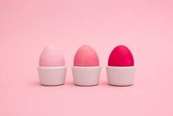 Drei rosa Eier im Eier-Becher