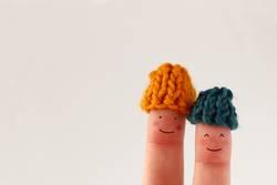 Pärchen Fingerfiguren mit kleinen Wollmützen
