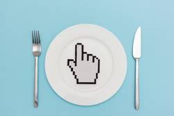 Klick klick Hunger. Maus Handzeiger auf leerem Teller.