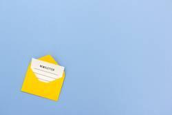 E-Mail Newsletter in Briefumschlag mit Copy Space