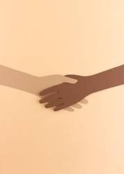 Zwei Hände aus Papier geben sich die Hand