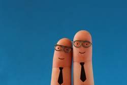 Zwei lachende Geschäftsleute mit Schlips und Brille