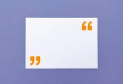 Zettel mit Anführungszeichen für Zitat