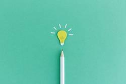 Idee! Bleistift mit strahlender Glühbirne