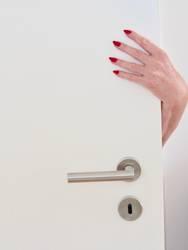 Hand rot lackierte Fingernägel Tür