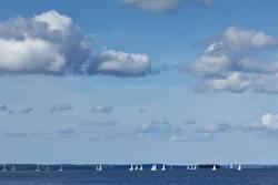 Segelschiffe unter blauem Himmel