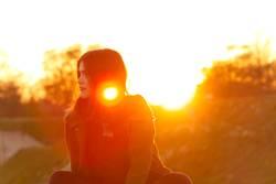Junge Frau im Licht der untergehenden Sonne