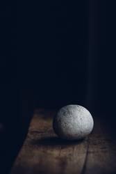 Licht und Schatten und ein Stein