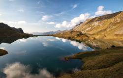 alpiner See mit reflektiertem blauem Himmel, Alpen, Deutschland