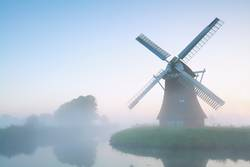 charmante Windmühle im Morgennebel, Holland