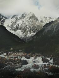 Der Berg Skhara und der Fluss Enguri