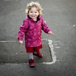 Kind malt auf Asphalt...