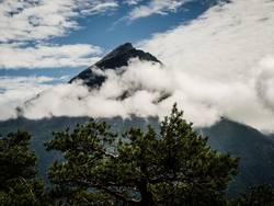 Wolkenverhangener Berg