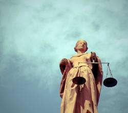 Justitia vor bewölktem Himmel
