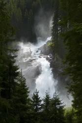 Wasserfall hinter Bäumen
