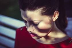 Japanische junge Frau zwischen Licht und Schatten