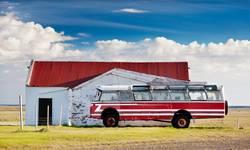 Alter öffentlicher Bus parkte in einem islandinc Bauernhof