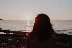 Frau Strand Sonnenuntergang Horizont