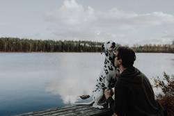Herrchen und Hund schmusen kuscheln am See in Schweden