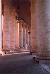 eilende Nonne zwischen mächtigen Säulen