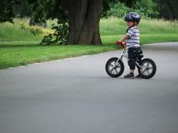 kind auf fahrrad und guckt
