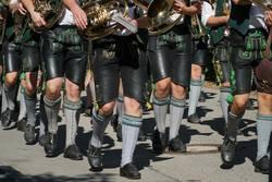 Ausschnitt Oberbayrischer Festzug mit Blasinstrumenten