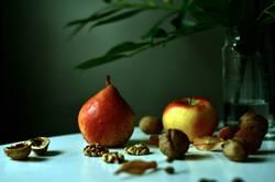 Still mit Apfel, Birne und Walnüssen