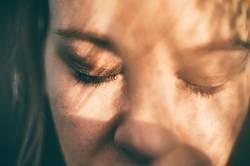 junge Frau mit geschlossenen Augen