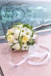 Brautstrauß auf Cadillac