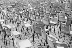 Stühlen unordentlich auf Platz