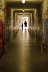 Mann und Mädchen in Tunnel