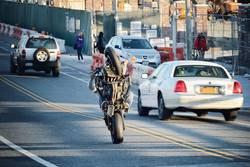 Gelangweilter Stuntman im New Yorker Berufsverkehr